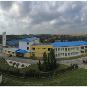 Snímek školní budovy od hlavního vchodu