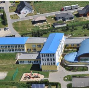 Letecký snímek budovy základní školy