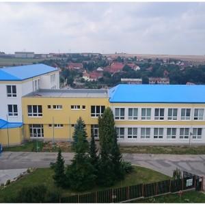 Vjezd do areálu školy