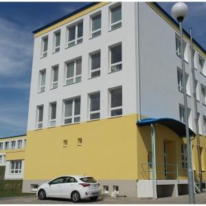 Zadní část školní budovy