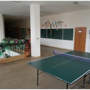 Stůl na stolní tenis pro využití volného času o přestávkách