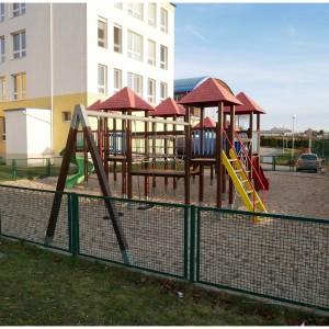 Dětské hřiště za školní budovou